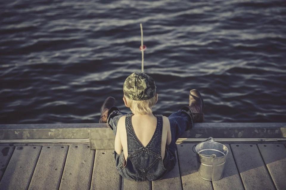 Litet barn som fiskar
